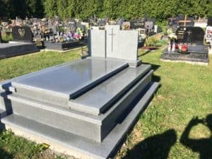 biały grobowiec rodzinny z kamienia