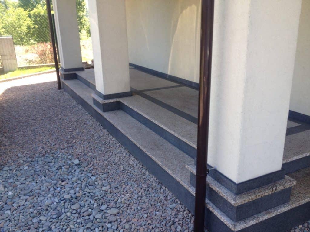 schody z granitu na zewnątrz